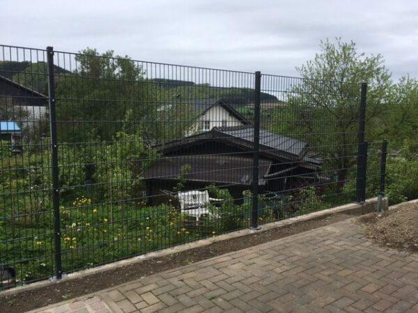 zaun-gartenzaun-hoch-2-m-sichtschutz-steinmuster-zum-aufduebeln (2)